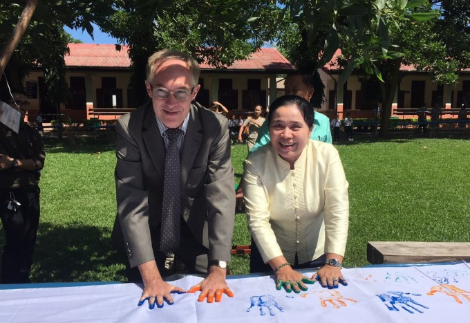 German Ambassador Mr. Luetkenherm and Director of the MoES Cabinet Office Mrs. Siliphongphanh leave a mark on the GHD banner